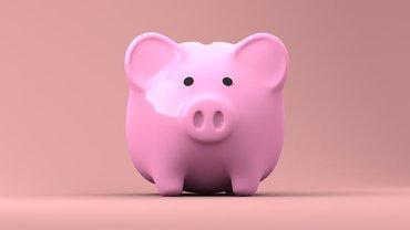 Ein rosa Sparschwein vor rosa Hintergrund.